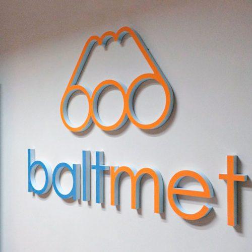 Telpisks logotips no plastikāta – BALTMET
