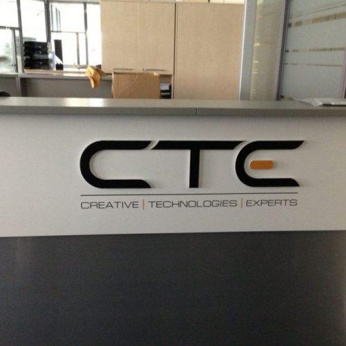 Frēzēts logotips no plastikāta – CTE