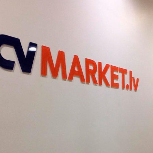 Frēzēts logotips no glancēta organiskā stikla CVMARKET.LV