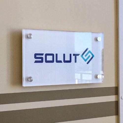 Organiskā stikla plāksnīte ar distanceriem – SOLUT